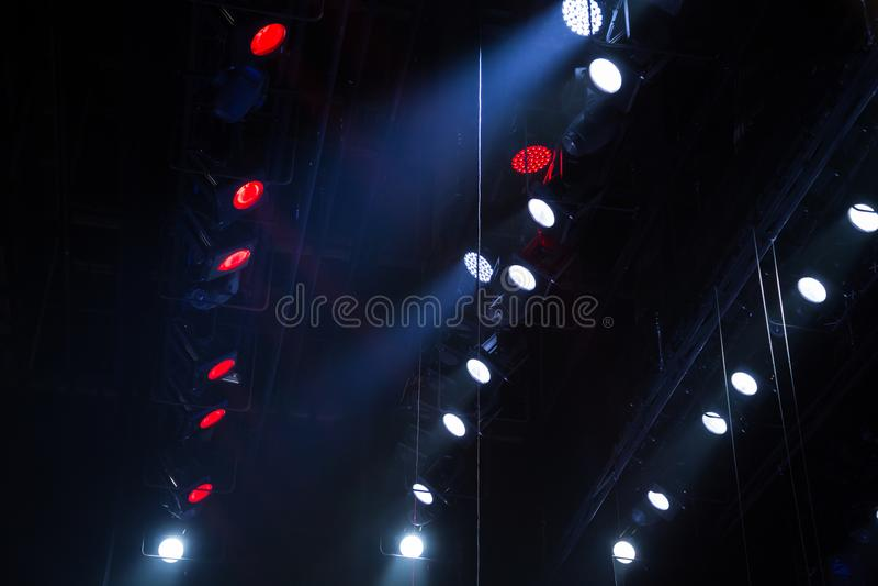 Оборудование освещения на этапе театра или концертного зала Лучи света от фар Галоид и электрические лампочки приведенные стоковое изображение rf