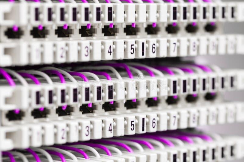 Оборудование радиосвязи и сети пассивное для интернета и сообщение, рамки главного распределения с кабельными соединениями стоковое изображение rf