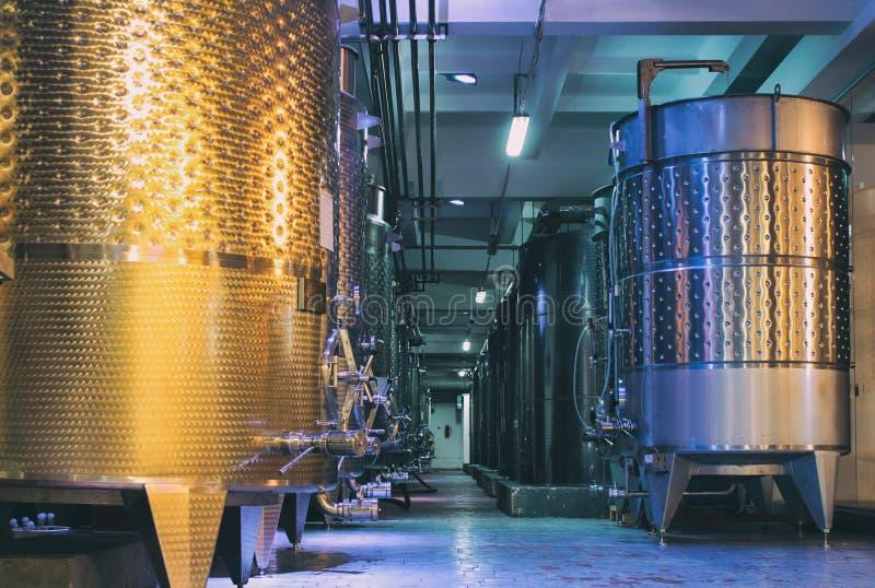 Оборудование современной фабрики winemaker стоковая фотография