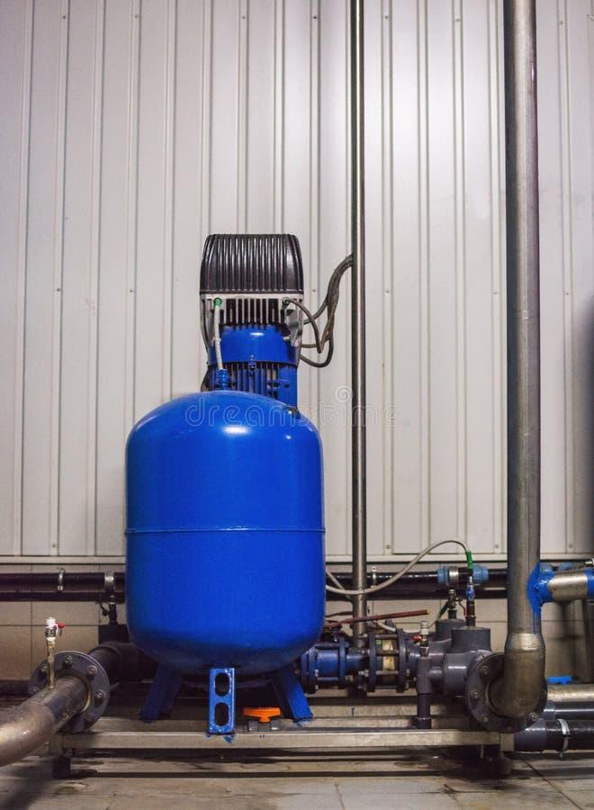 Оборудование фильтра очистки воды в мастерской завода стоковая фотография rf