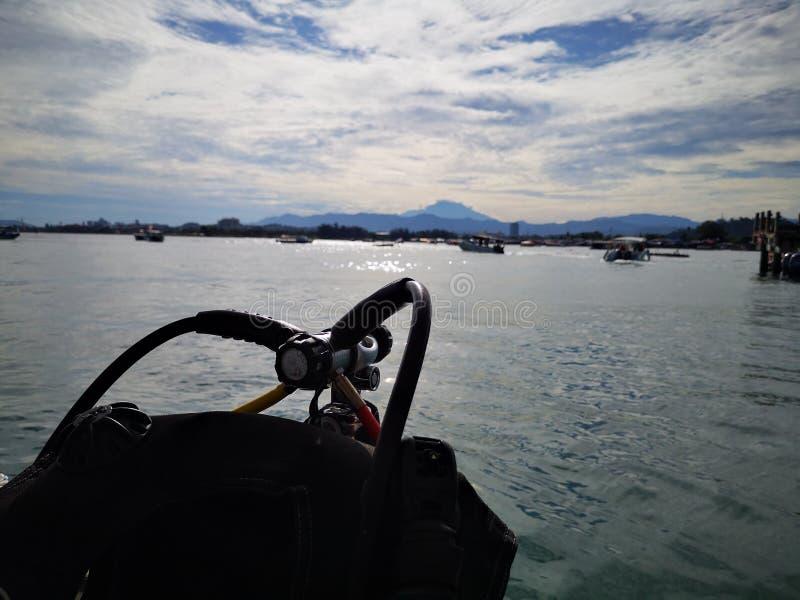 Оборудования подныривания с предпосылкой Mount Kinabalu в парке Tunku Abdul Rahman, Kota Kinabalu Сабах, Малайзия Борнео стоковое изображение rf
