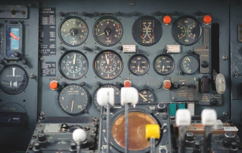 Оборудование арены самолета с индикаторами, кнопками, и аппаратурами стоковое фото rf