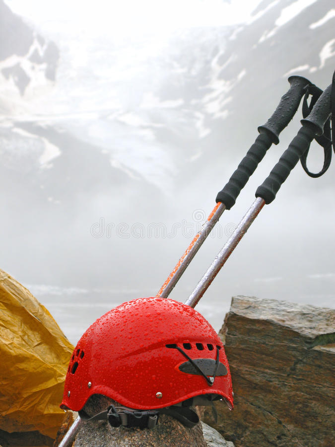 Оборудование альпинизма взбираясь против высокой горы стоковые фото