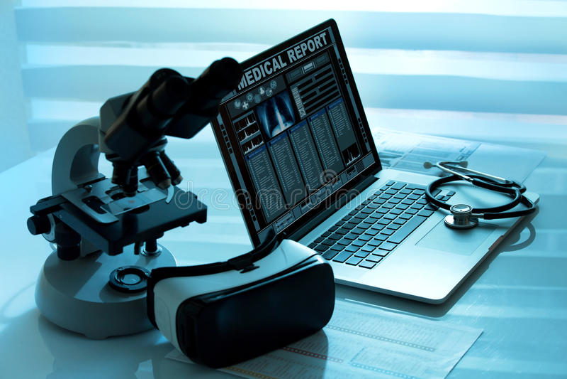 Оборудование виртуальной реальности в лаборатории стоковое изображение rf