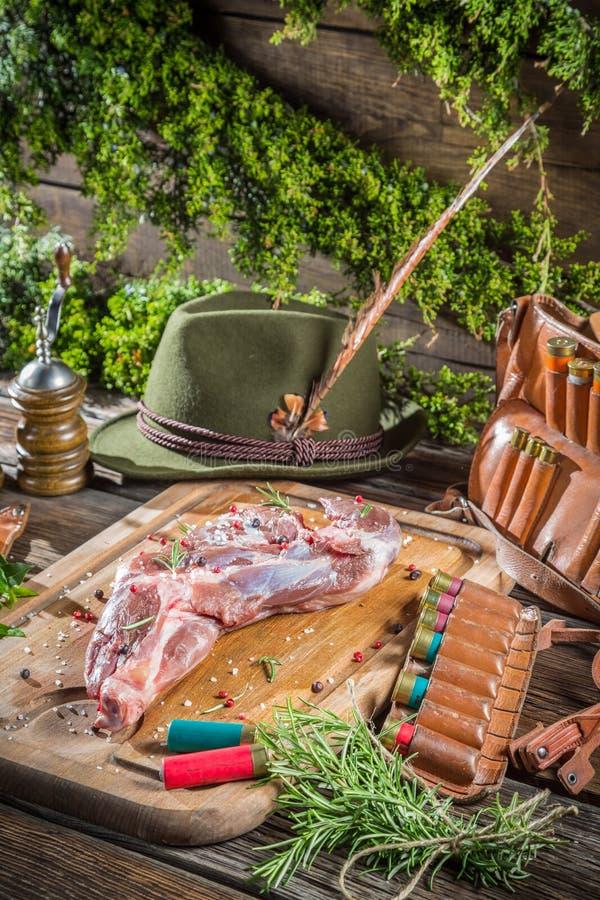Download Оборудование и оленина звероловства с травами Стоковое Изображение - изображение насчитывающей игра, шлем: 40586711