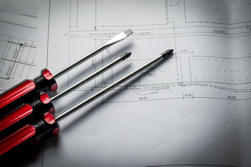 Оборудование работы отвертки крупного плана красное с планом бумаги диаграммы стоковое изображение rf
