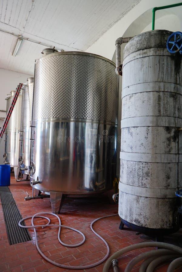 Оборудование современной фабрики winemaker с stell barrels стоковые изображения