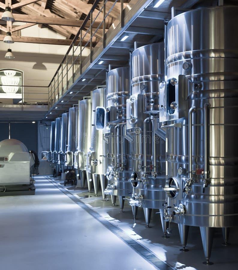 Оборудование современной фабрики winemaker стоковые фотографии rf