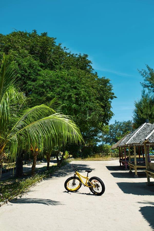 Оборудование спорта лета Желтый велосипед велосипеда песка на курорте стоковые изображения rf