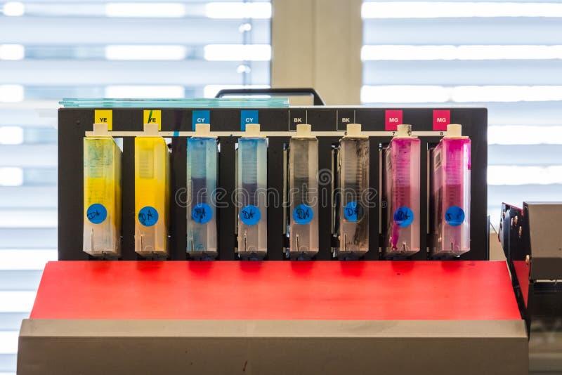 Оборудование цифров p полиграфической промышленности чернил цветов контейнеров CMYK стоковые изображения rf
