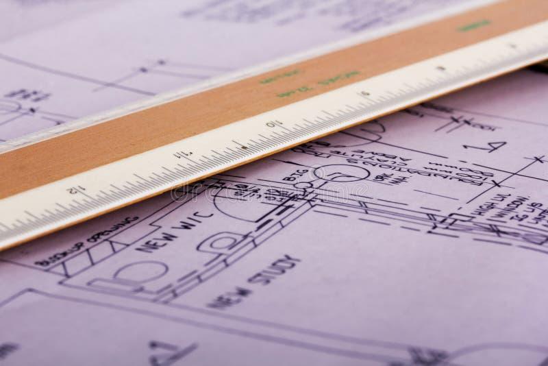 Оборудование чертежа с детальными планами дома архитекторов стоковая фотография