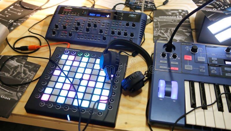 Оборудование шестерни электронной музыки стоковые фотографии rf