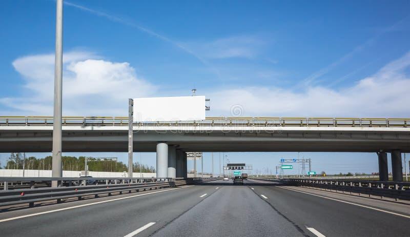 Оборудование шоссе, белое bilboard над дорогой стоковое фото