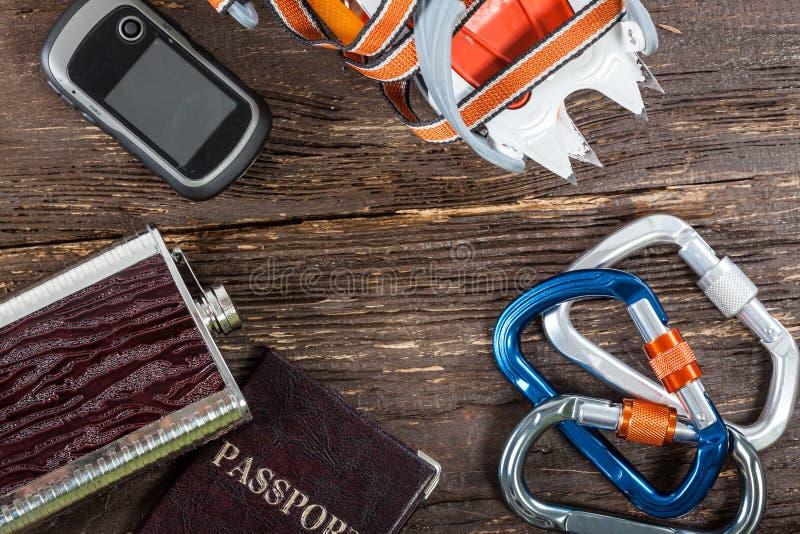 Оборудование для альпинизма и пеший туризм на деревянной предпосылке стоковое фото rf