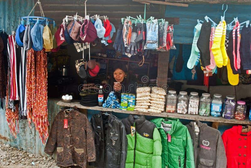 Обочина ходит по магазинам на пути к пропуску Nathula стоковые фотографии rf