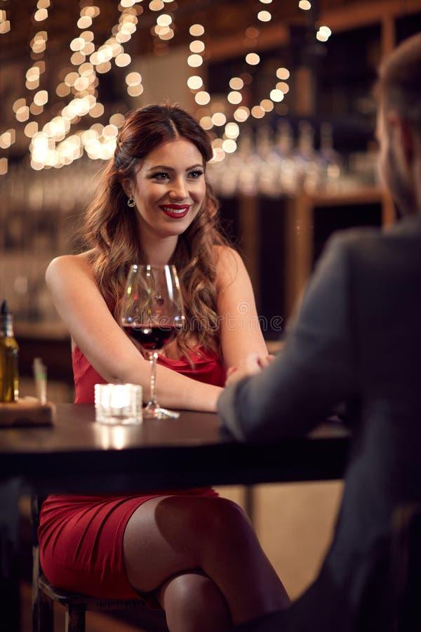 Обольстительная красивая дама в баре с парнем стоковое фото rf