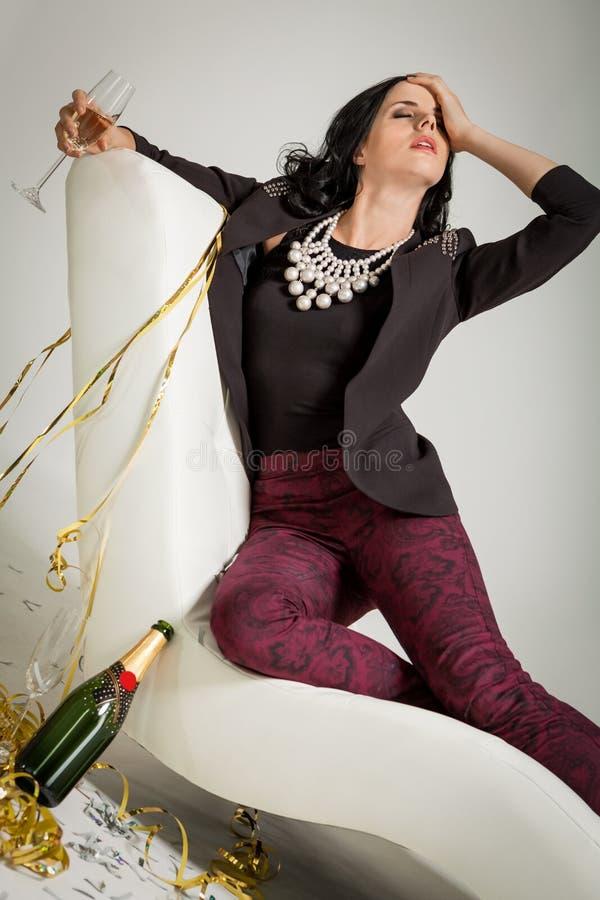 Обольстительное брюнет держа стекло шампанского стоковые изображения rf