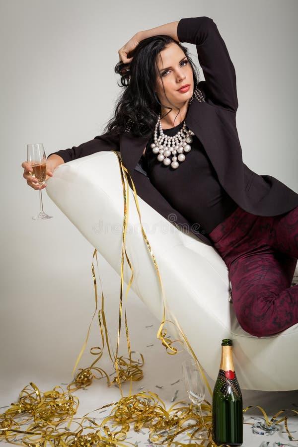 Обольстительное брюнет держа стекло шампанского стоковые изображения
