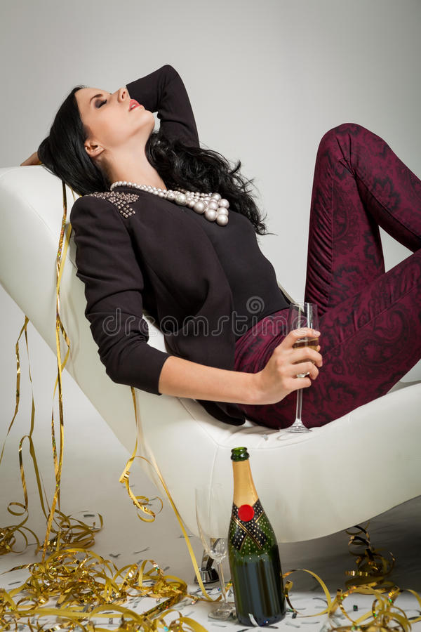 Обольстительное брюнет держа стекло шампанского стоковая фотография