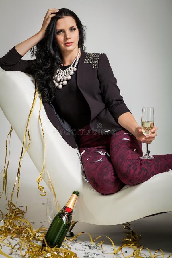 Обольстительное брюнет держа стекло шампанского стоковая фотография rf
