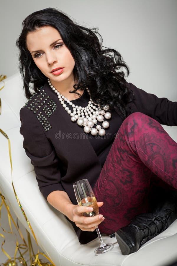 Обольстительное брюнет держа стекло шампанского стоковые фотографии rf
