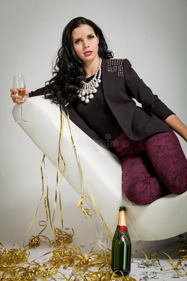 Обольстительное брюнет держа стекло шампанского стоковое изображение