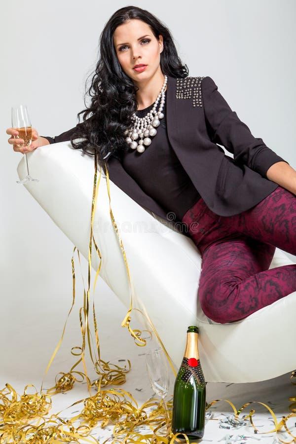 Обольстительное брюнет держа стекло шампанского стоковое фото rf