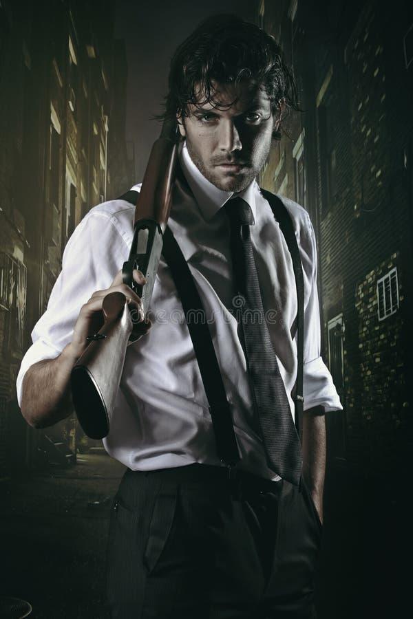 Обольстительный гангстер в переулке города стоковое изображение