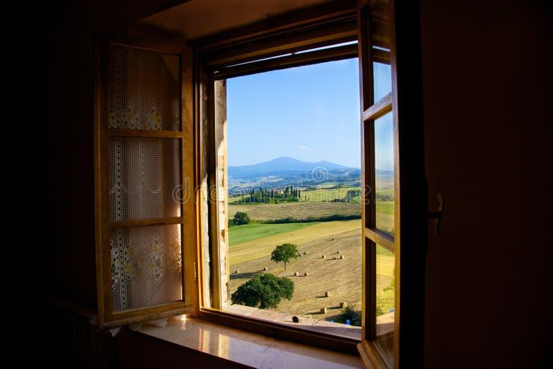обрабатывайте землю в Pienza, большинств красивом городке в val зоне D'orcia, провинции Сиены, Италии стоковые изображения rf