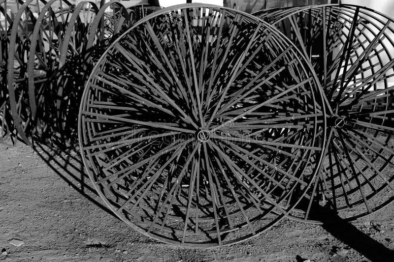 Обрабатывайте землю звезда металла моды сельского хозяйства механически которая использовала колеса колеса при работе стоковое изображение