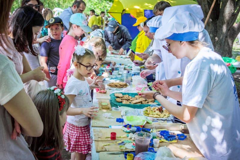 Обрабатывать детей к печеньям стоковое фото rf