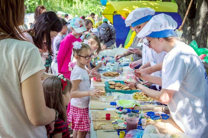 Обрабатывать детей к печеньям стоковые фотографии rf