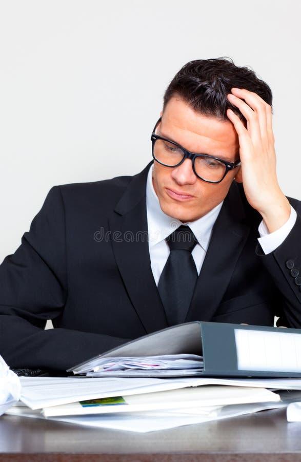 обработка документов бизнесмена стоковая фотография rf