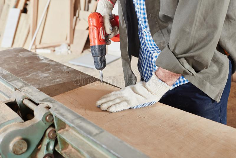 Обработка древесины на верстаке стоковые фотографии rf