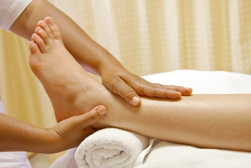 обработка спы масла массажа ноги стоковое изображение