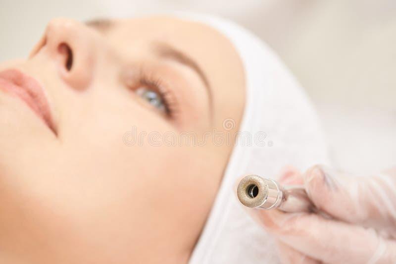 Обработка стороны косметологии Терпеливая маленькая девочка Оборудование салона косметическое Кожа диаманта дерматологии чистая стоковое изображение