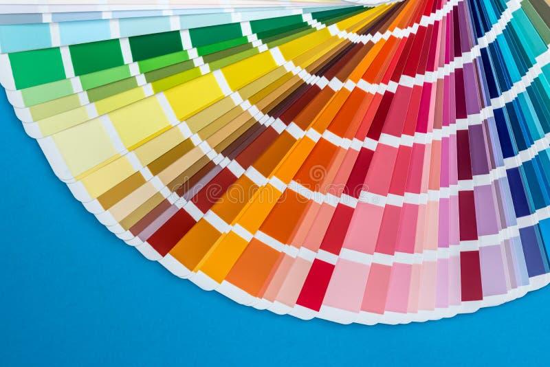 Образец цвета разложенный в вентиляторе, изолированном на сини стоковое изображение rf