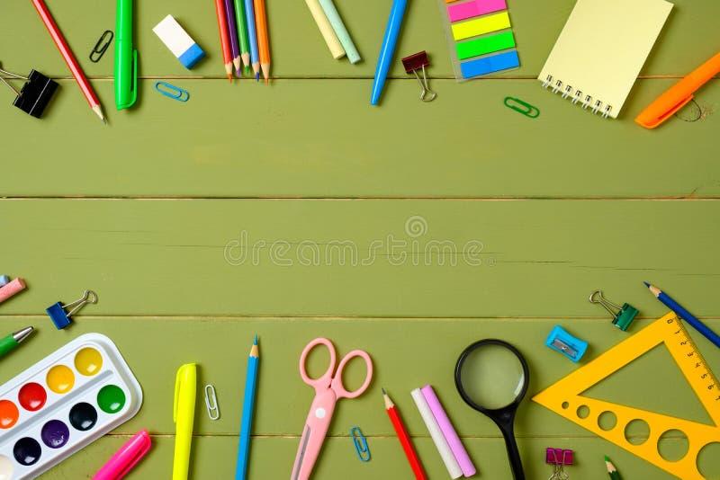 Образование, изучающ и назад к концепции школы Рамка границы сделанная из канцелярских принадлежностей на деревянной предпосылке  стоковые изображения