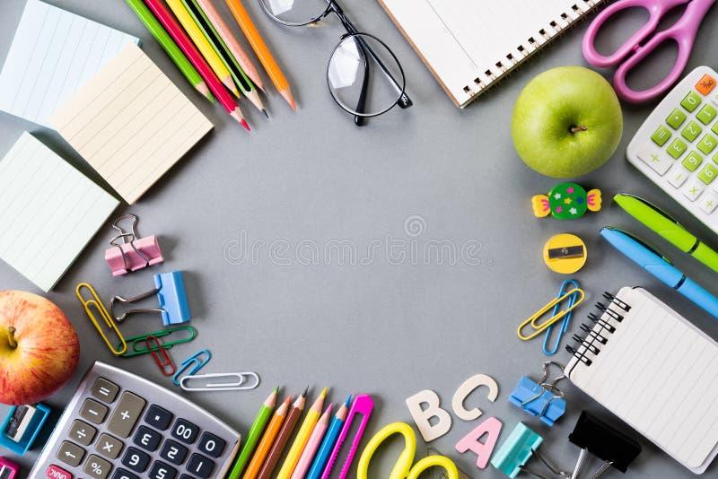 Образование или задняя часть к концепции школы Взгляд сверху красочных школьных принадлежностей с книгами, карандашами цвета, кал стоковые изображения rf
