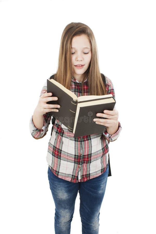 Образование и концепция школы - книга чтения подростковой девушки студента стоящая стоковое фото