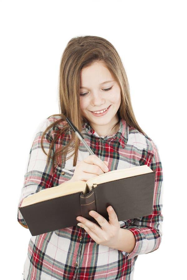 Образование и концепция школы - подростковое положение девушки студента с книгой стоковая фотография
