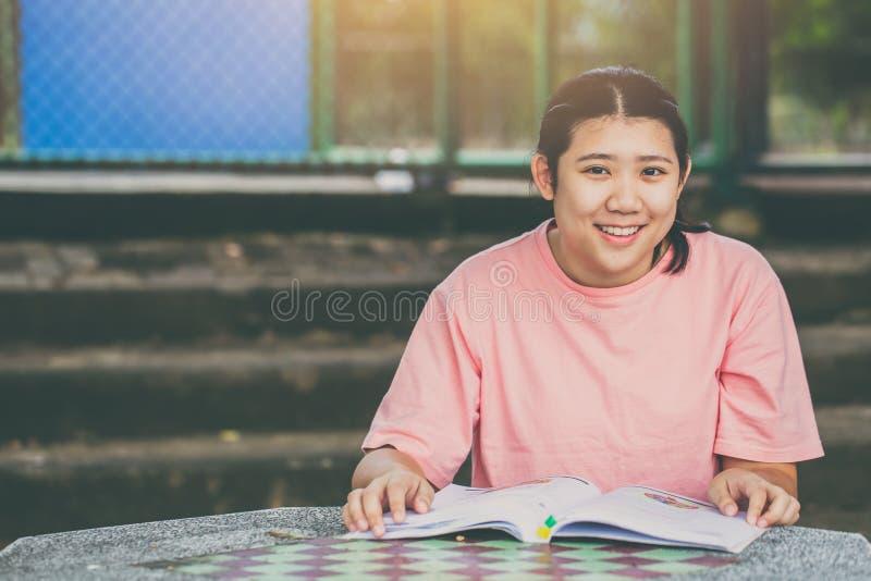 Образование книги чтения азиата толстенькое предназначенное для подростков счастливое стоковые фотографии rf