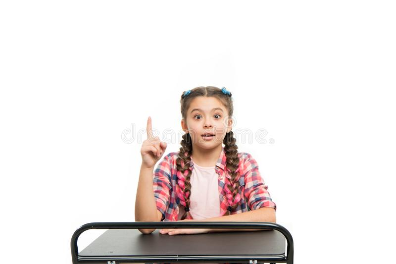 Образование начальной школы Насладитесь процессом изучать Идеальная девушка студента сидит стол Она знает все правильные ответы стоковые фото