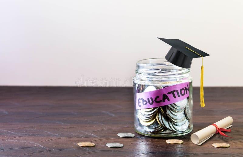 Образование обозначено на стеклянном опарнике вполне монеток стоковые фотографии rf