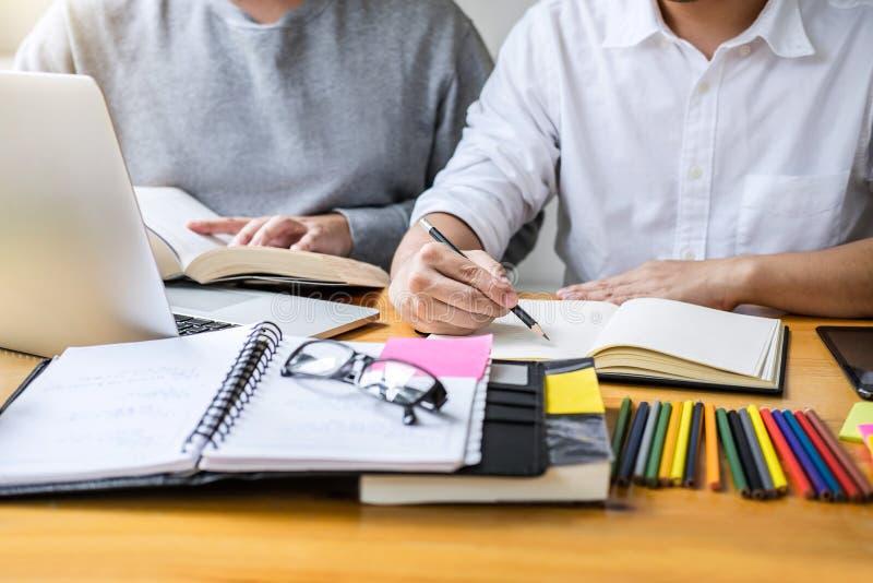 Образование, преподавательство, уча концепцию Студенты средней школы или c стоковое фото