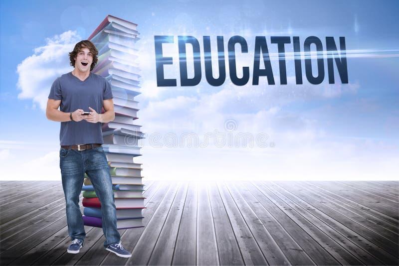 Образование против стога книг против неба стоковые фото