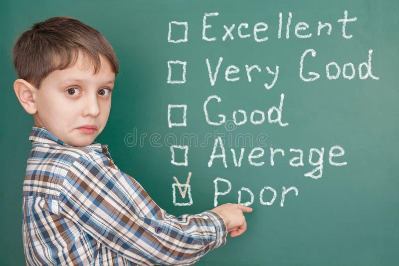 Образование: студент имея проблемы на школе с низкое само--ratin стоковое изображение rf