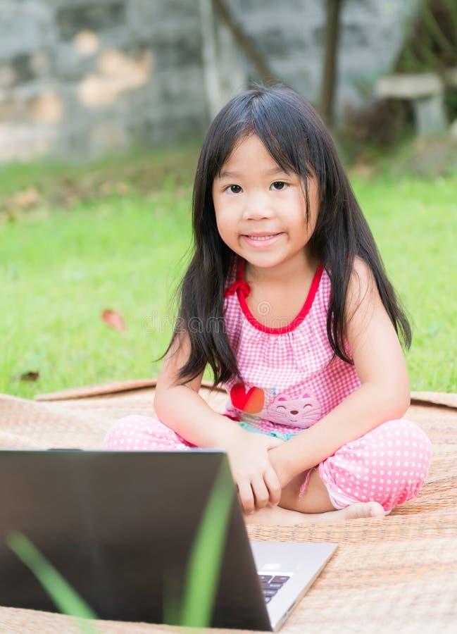 Образование, школа, технология и концепция интернета - милая девушка w стоковое фото