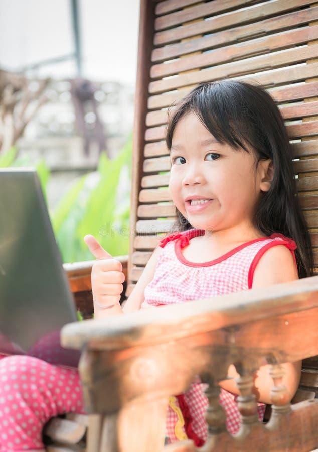 Образование, школа, технология и концепция интернета - милая девушка w стоковые фото