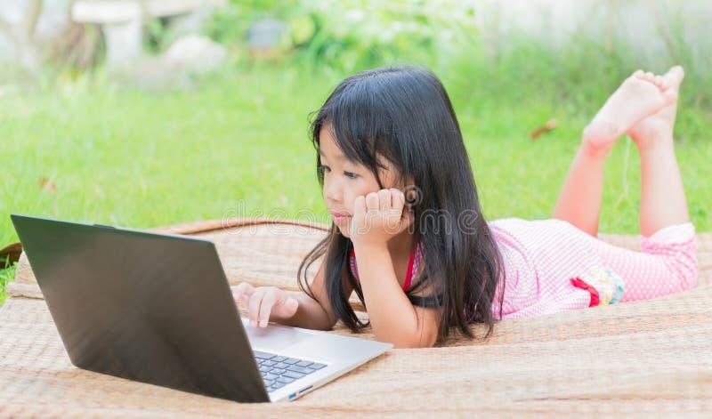 Образование, школа, технология и концепция интернета - милая девушка w стоковое изображение rf
